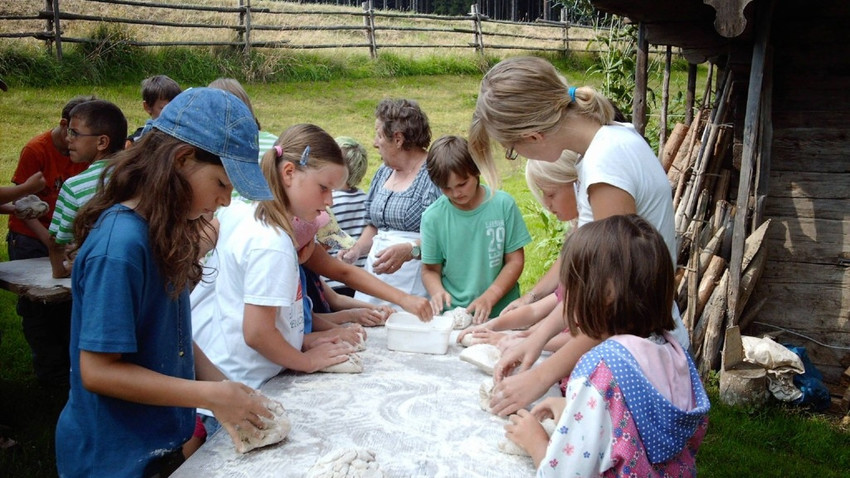 kinderprogramm-wildschoenau-tirol-bauernhof-kids-program-beaking-breat-kids-brotbackkurs-kinderprogramm-sommer