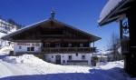 winterlandschaft-alpen-tirol-altes-bauernhaus-hof-idylle-herrliches-bild-wildschoenau-niederau-oberau