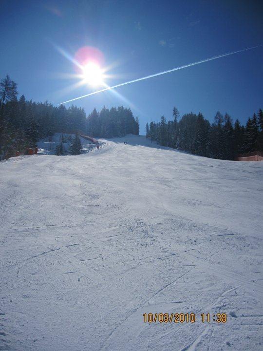 розмежування-сонце-сонце-картинці трас спуску-зимового-ідилічні-Тіроль-Альпи-Wildschoenau